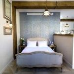 חדר שינה בדירת סטודיו עם מרפסת במולכו נווה צדק