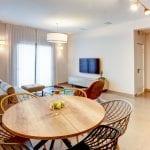 סלון בדירת דופלקס עם ארבעה חדרי שינה ומרפסת בשוק הכרמל