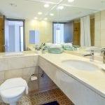 שירותים ומקלחת בדירת נופש עם חדר שינה ונוף לים בחיפה