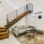 סלון בדירת דופלקס ארבעה חדרים בקומת הקרקע - שוק הכרמל
