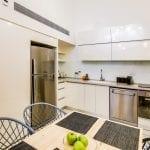 מטבח בדירת דופלקס ארבעה חדרים בקומת הקרקע - שוק הכרמל