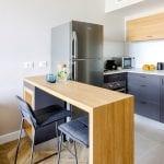 מטבח בדירת נופש עם חדר שינה ונוף לים בחיפה