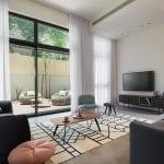 סלון בדירת נופש דופלקס עם חמישה חדרי שינה וגינה בשינקין