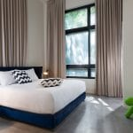 חדר שינה בדירת נופש דופלקס עם חמישה חדרי שינה וגינה בשינקין