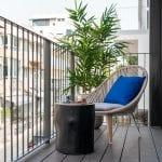 מרפסת בדירות נופש עם שלושה חדרים שינה ומרפסת בשינקין