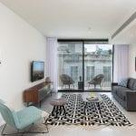 סלון בדירת נופש עם ארבעה חדרי שינה ומרפסת בשינקין