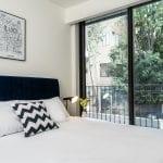 מבט למרפסת של דירת נופש עם חדר שינה ומרפסת בשינקין