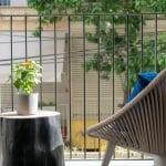 המרפסת בדירת נופש שני חדרים עם מרפסת בשינקין