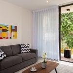 סלון בדירת נופש שני חדרים עם מרפסת בשינקין