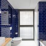 שירותים ומקלחת בדירת נופש שני חדרים עם מרפסת בשינקין