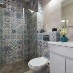 שירותים ומקלחת בדירת נופש עם שני חדרים וטרסה משותפת בבאר שבע