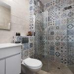 מקלחת ושירותים בדירת נופש עם שני חדרים ללא מרפסת בבאר שבע